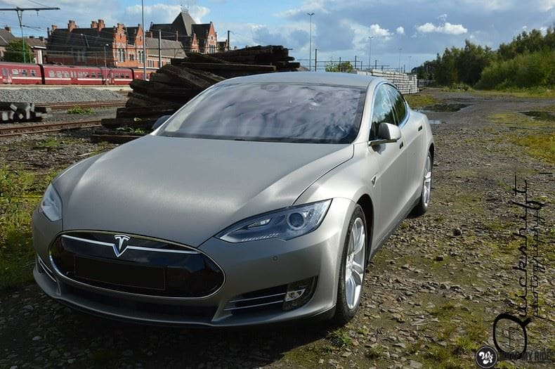 Tesla Model S brushed titanium, Carwrapping door Wrapmyride.nu Foto-nr:9097, ©2017