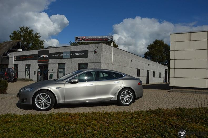 Tesla Model S brushed titanium, Carwrapping door Wrapmyride.nu Foto-nr:9110, ©2017