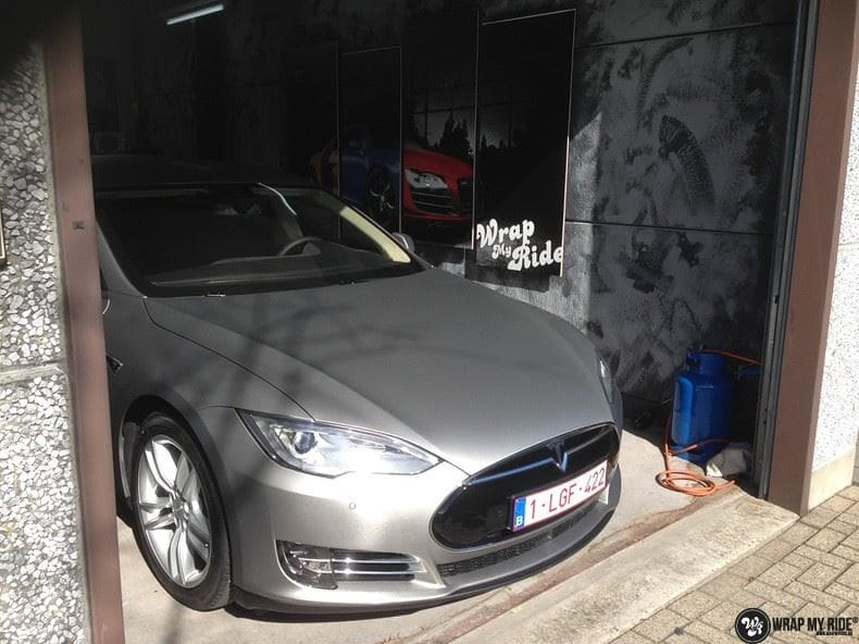 Tesla Model S brushed titanium, Carwrapping door Wrapmyride.nu Foto-nr:9080, ©2017