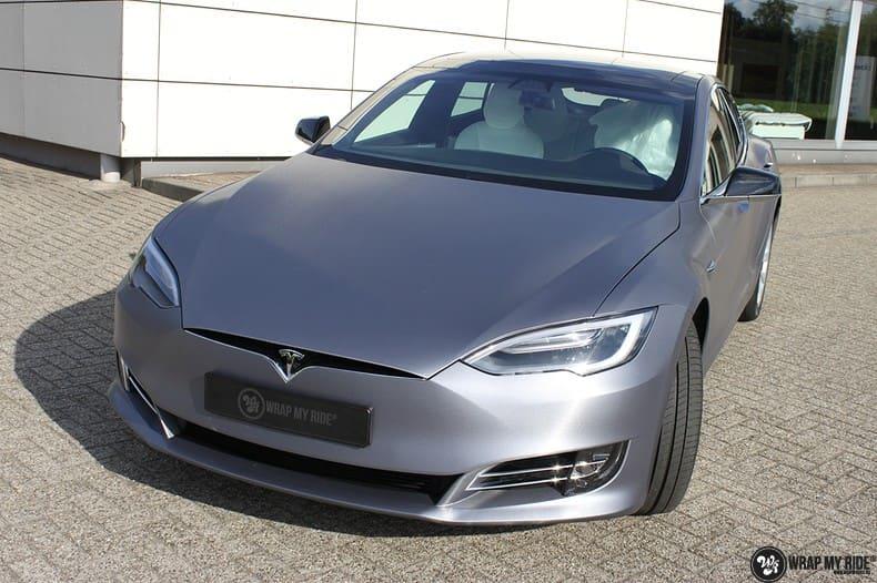 Tesla Model S brushed steel, Carwrapping door Wrapmyride.nu Foto-nr:9941, ©2017