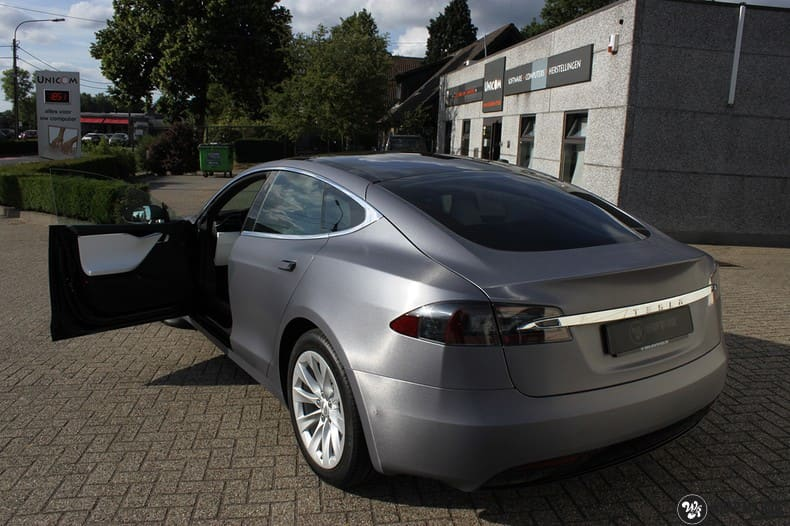 Tesla Model S brushed steel, Carwrapping door Wrapmyride.nu Foto-nr:9937, ©2017