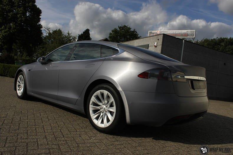 Tesla Model S brushed steel, Carwrapping door Wrapmyride.nu Foto-nr:9936, ©2017