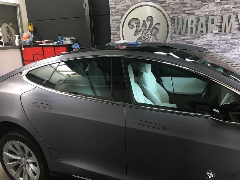 Tesla Model S brushed steel, Carwrapping door Wrapmyride.nu Foto-nr:9957, ©2017