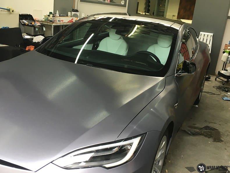 Tesla Model S brushed steel, Carwrapping door Wrapmyride.nu Foto-nr:9956, ©2017