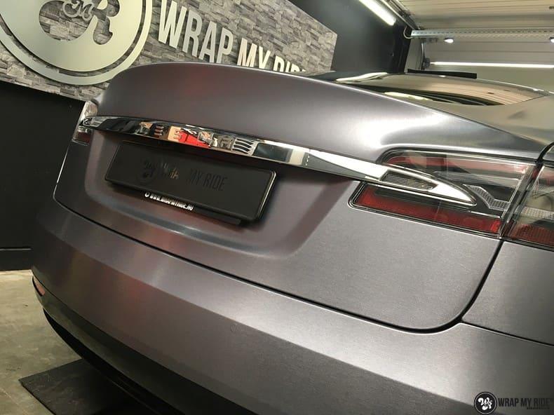 Tesla Model S brushed steel, Carwrapping door Wrapmyride.nu Foto-nr:9931, ©2017