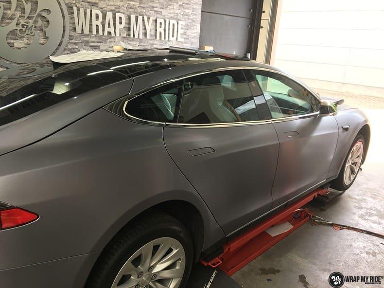 Tesla Model S brushed steel, Carwrapping door Wrapmyride.nu Foto-nr:9958, ©2017