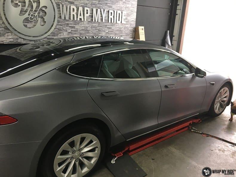 Tesla Model S brushed steel, Carwrapping door Wrapmyride.nu Foto-nr:9918, ©2017