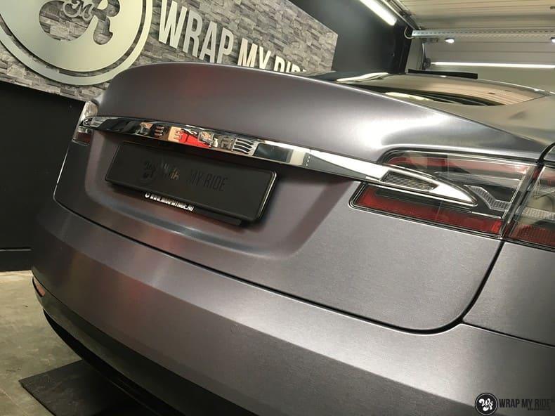 Tesla Model S brushed steel, Carwrapping door Wrapmyride.nu Foto-nr:9915, ©2017