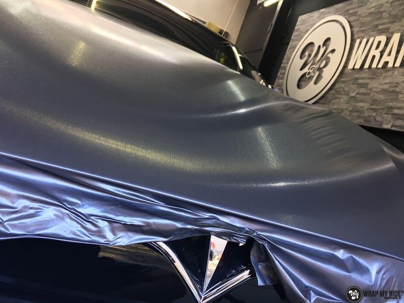 Tesla Model S brushed steel, Carwrapping door Wrapmyride.nu Foto-nr:9971, ©2017