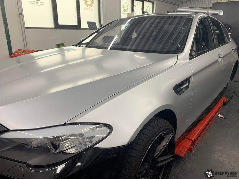 BMW M5 satin white aluminium, Carwrapping door Wrapmyride.nu Foto-nr:13130, ©2021