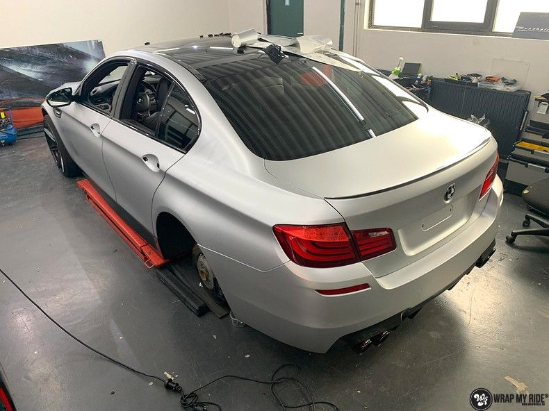 BMW M5 satin white aluminium, Carwrapping door Wrapmyride.nu Foto-nr:13136, ©2021
