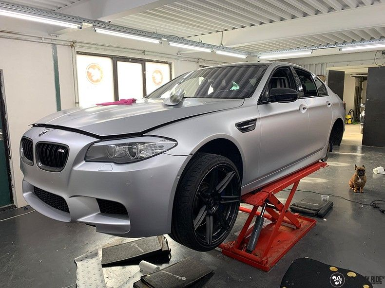 BMW M5 satin white aluminium, Carwrapping door Wrapmyride.nu Foto-nr:13139, ©2021