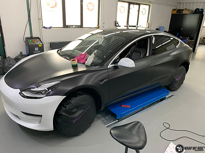 tesla model 3 Satin Black, Carwrapping door Wrapmyride.nu Foto-nr:13495, ©2020