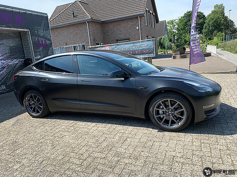 tesla model 3 Satin Black, Carwrapping door Wrapmyride.nu Foto-nr:13491, ©2021