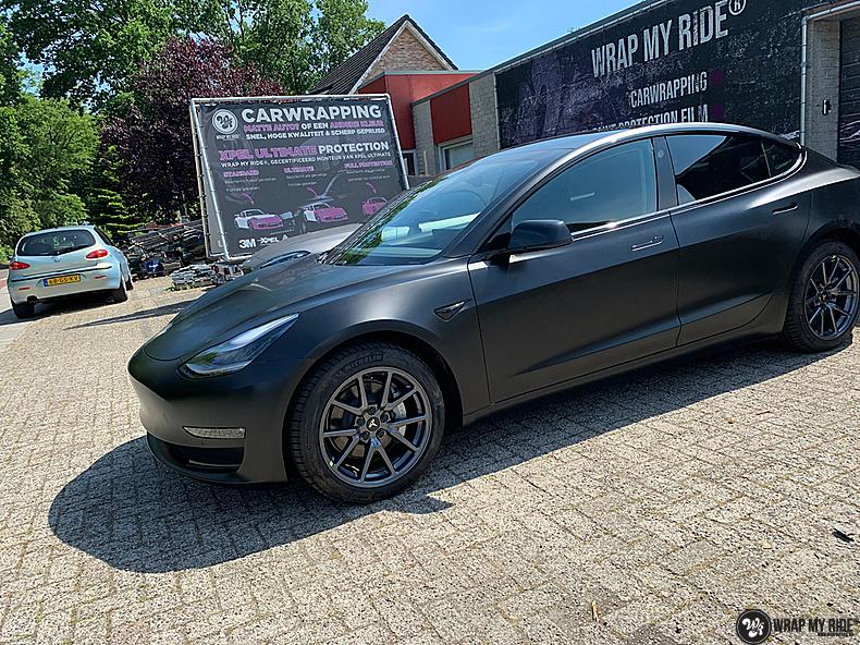 tesla model 3 Satin Black, Carwrapping door Wrapmyride.nu Foto-nr:13511, ©2021