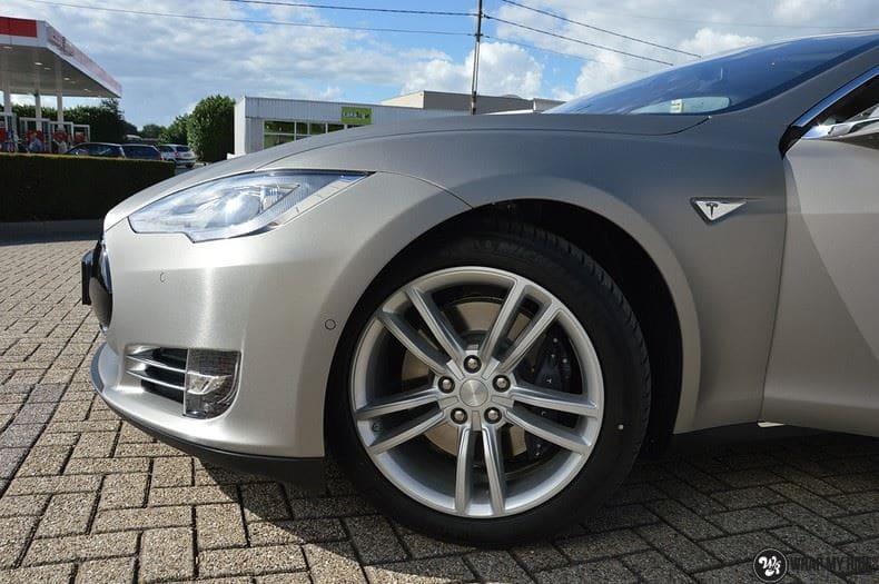 Tesla Model S brushed titanium, Carwrapping door Wrapmyride.nu Foto-nr:9117, ©2018