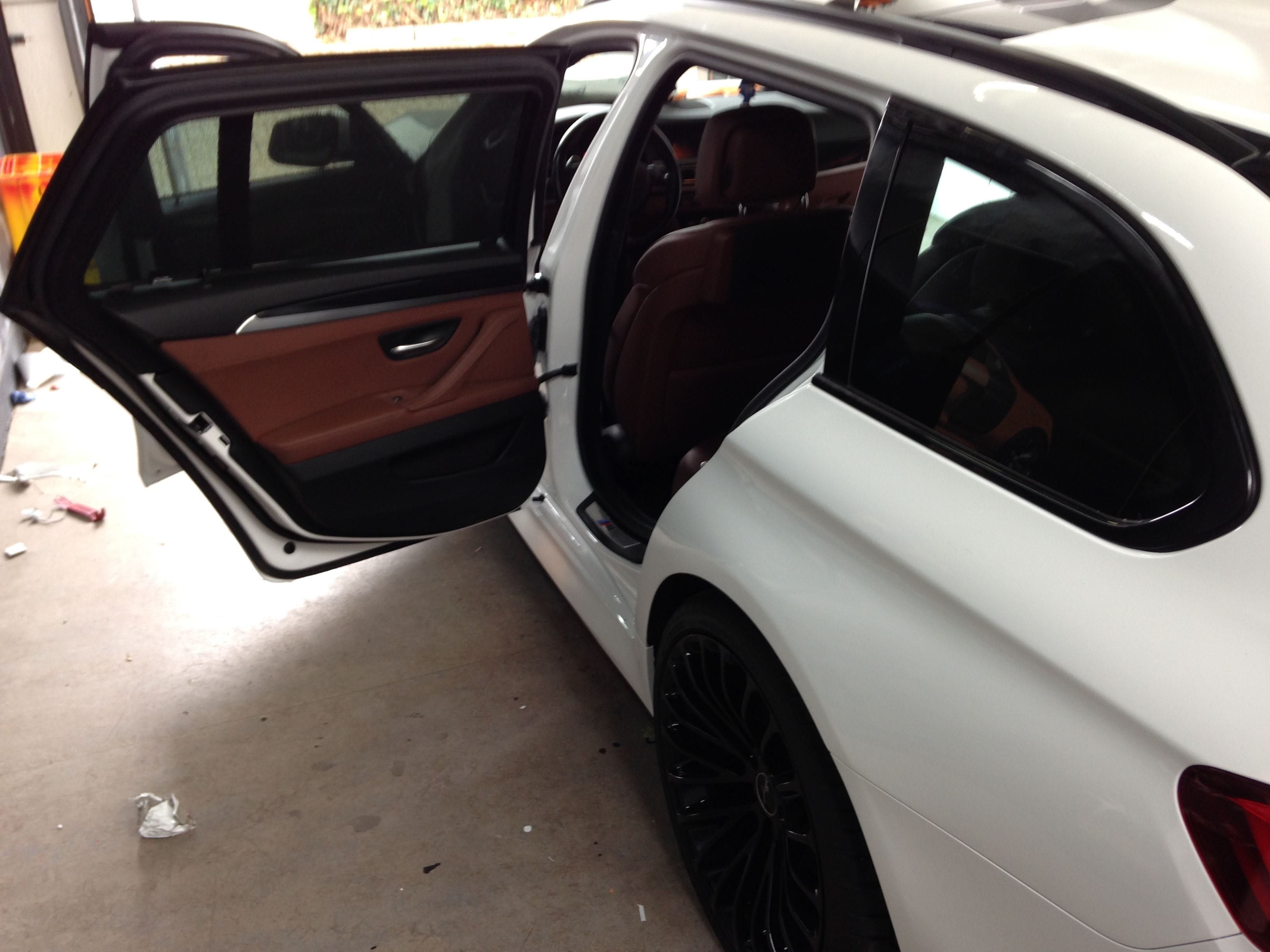 BMW 5 serie in een Full Glossy White Wrap, Carwrapping door Wrapmyride.nu Foto-nr:5246, ©2021