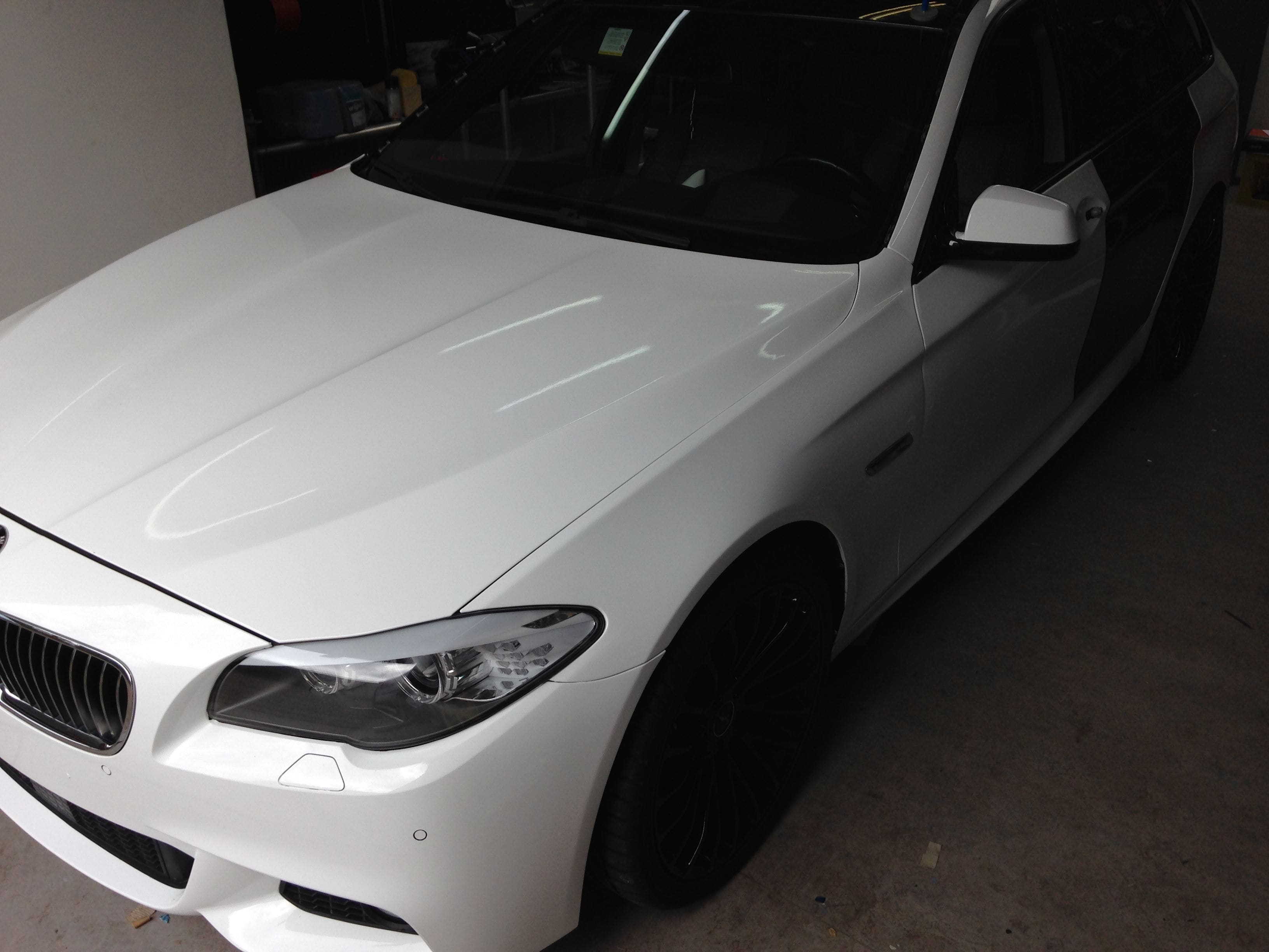 BMW 5 serie in een Full Glossy White Wrap, Carwrapping door Wrapmyride.nu Foto-nr:5247, ©2021