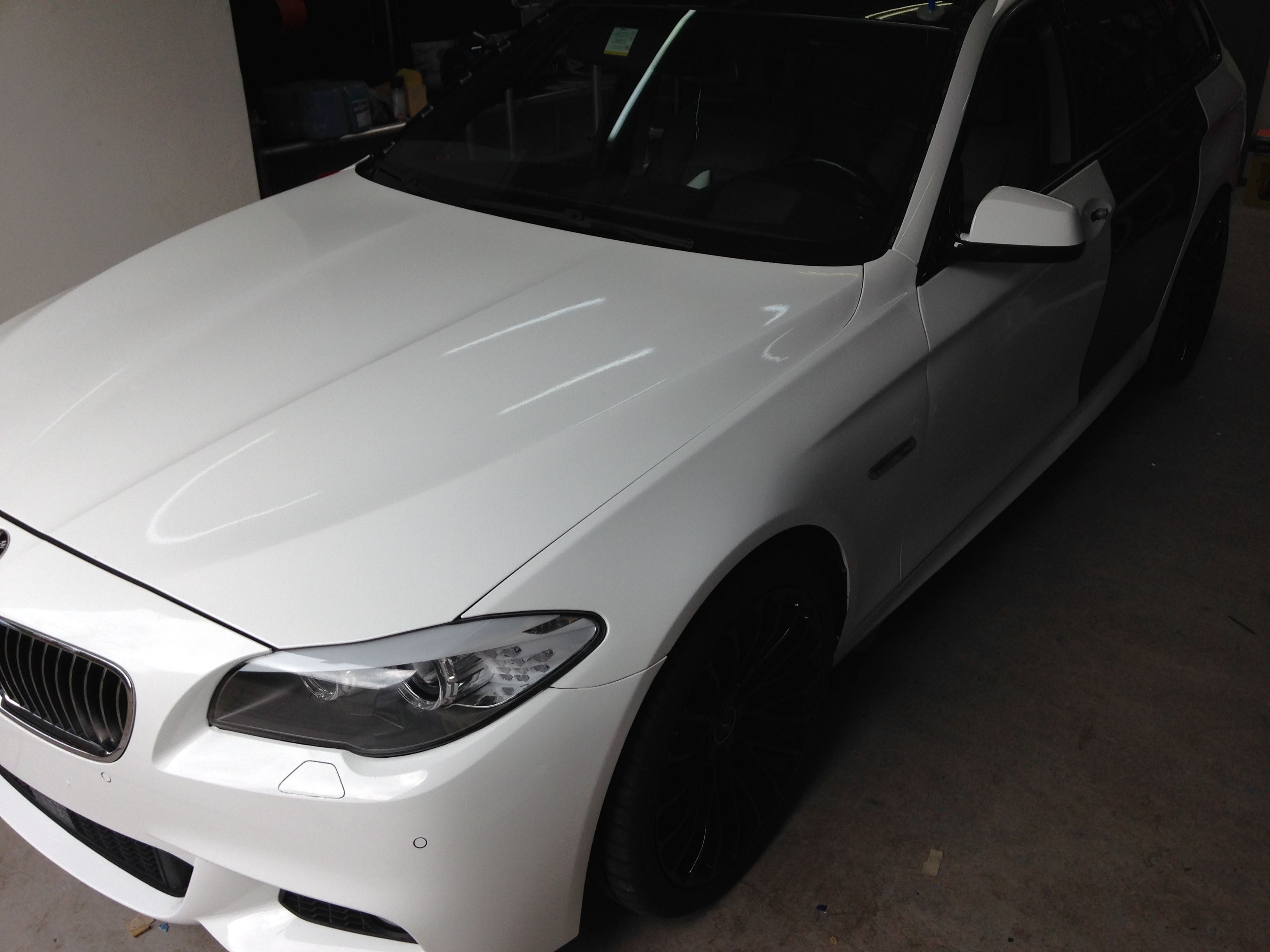 BMW 5 serie in een Full Glossy White Wrap, Carwrapping door Wrapmyride.nu Foto-nr:5248, ©2021