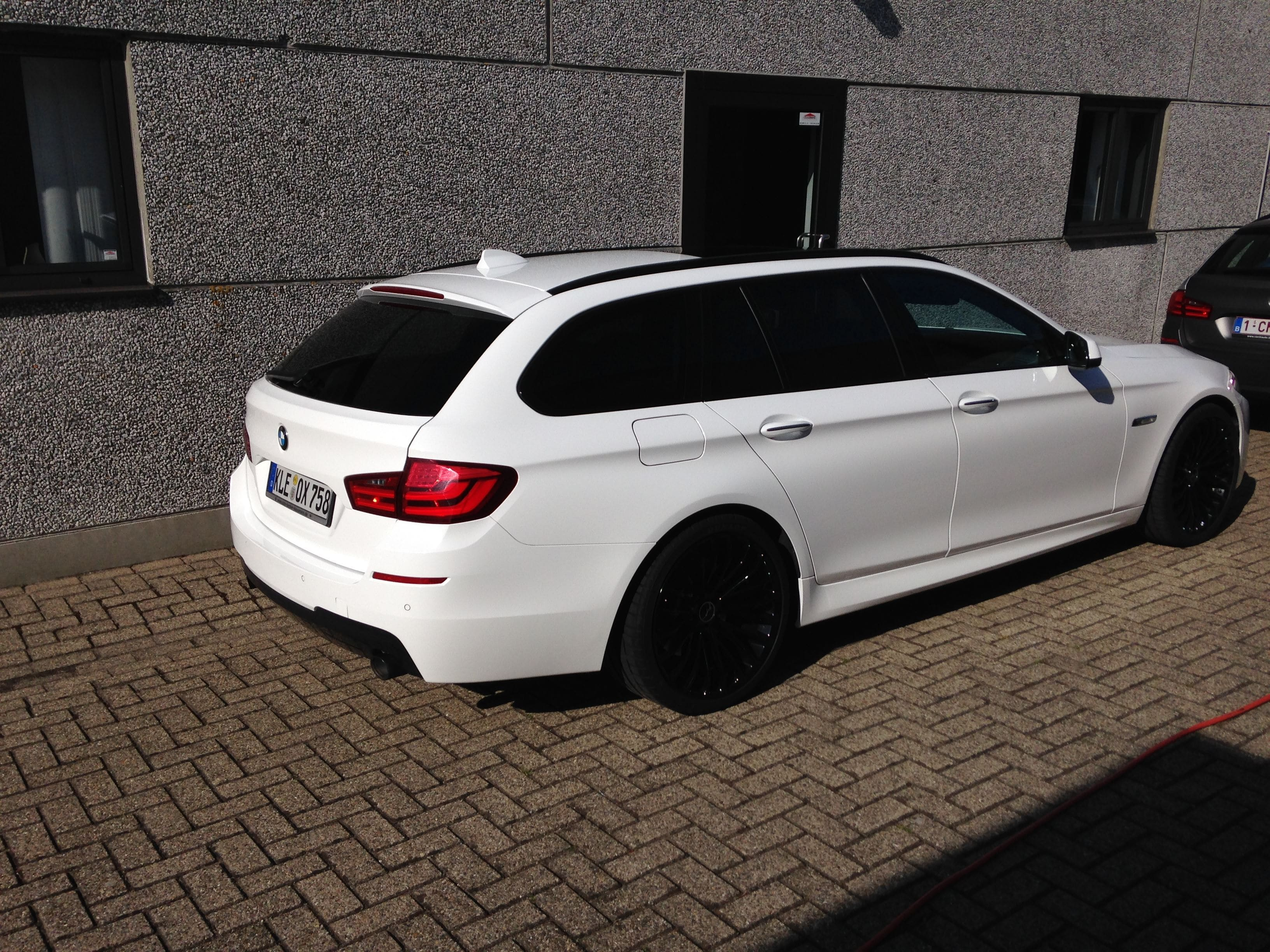 BMW 5 serie in een Full Glossy White Wrap, Carwrapping door Wrapmyride.nu Foto-nr:5249, ©2021