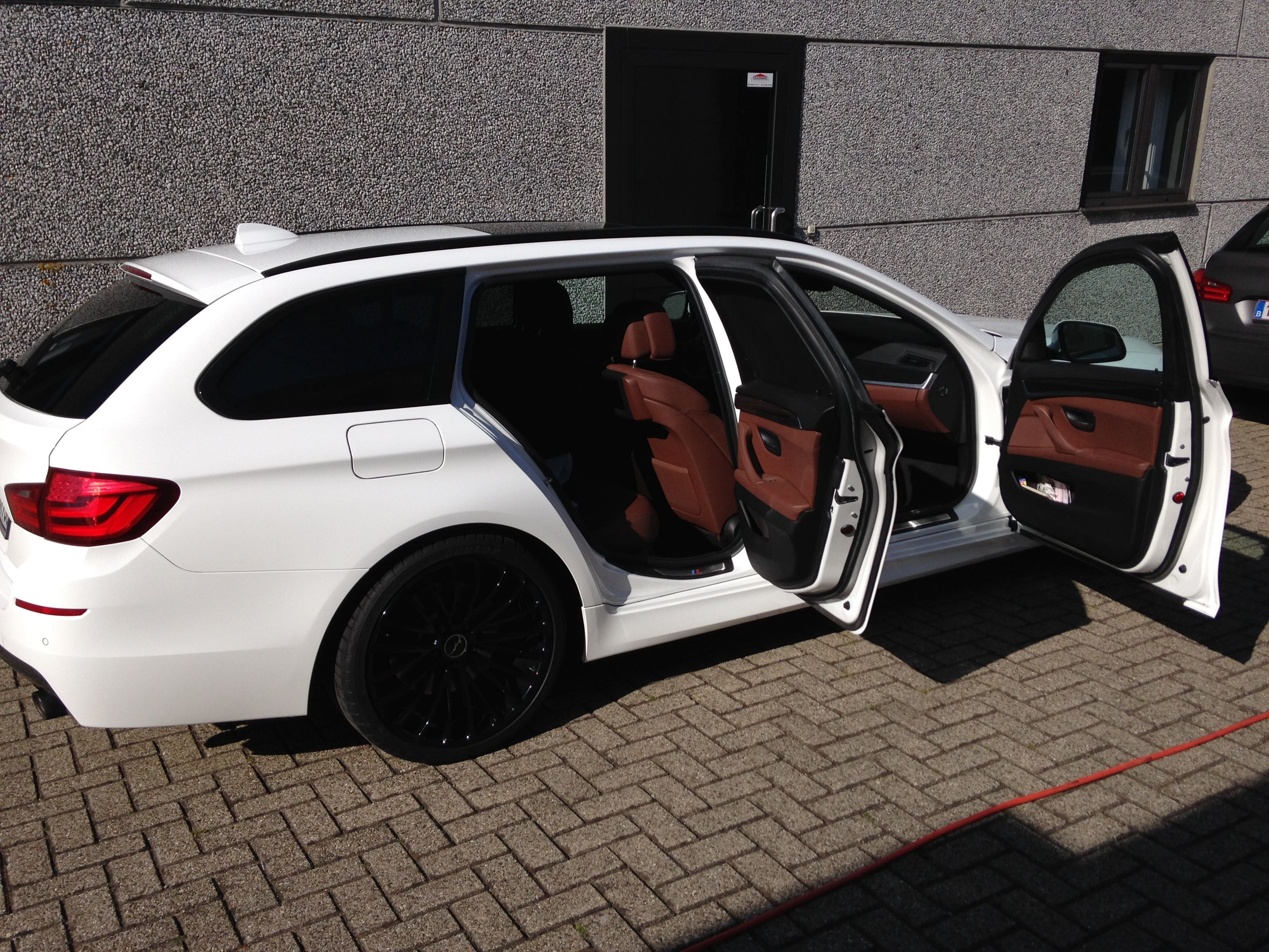 BMW 5 serie in een Full Glossy White Wrap, Carwrapping door Wrapmyride.nu Foto-nr:5250, ©2021