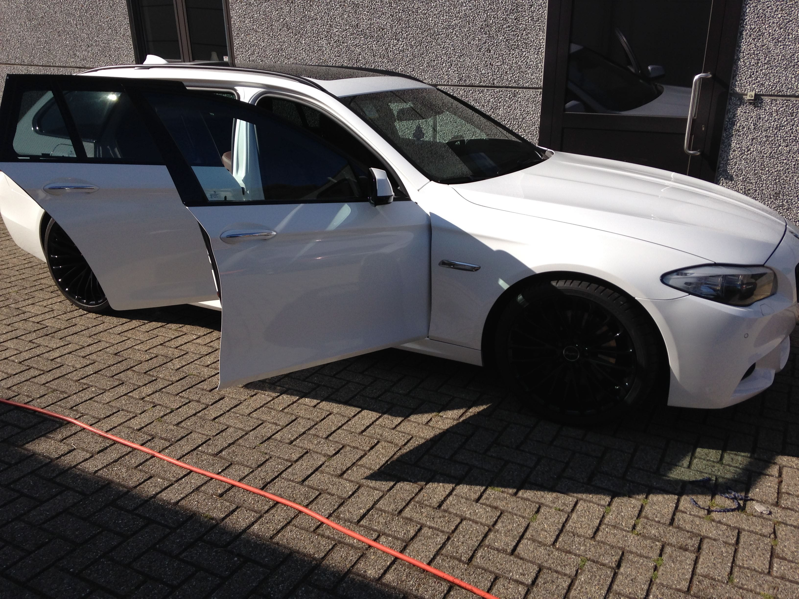 BMW 5 serie in een Full Glossy White Wrap, Carwrapping door Wrapmyride.nu Foto-nr:5252, ©2021