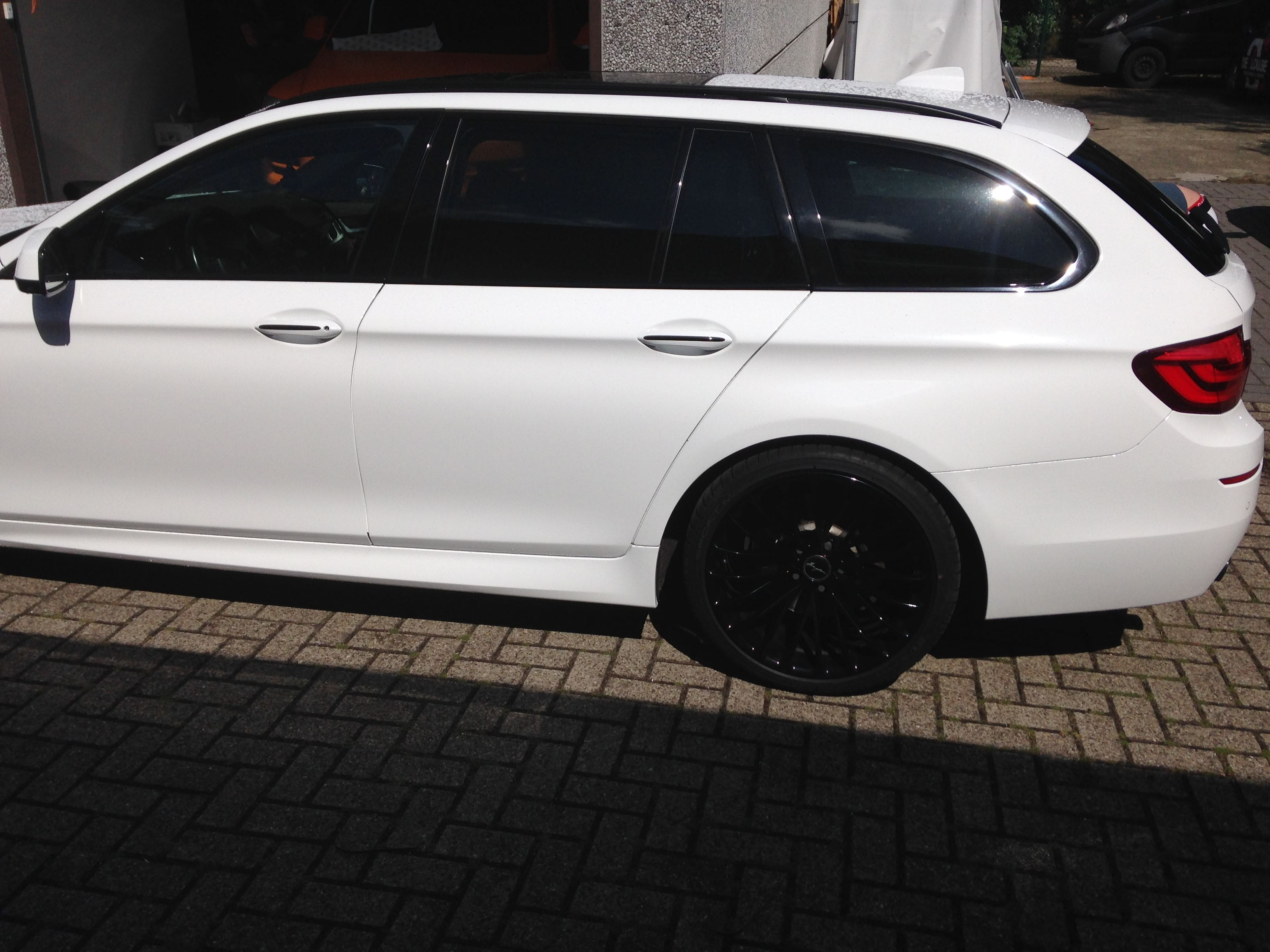 BMW 5 serie in een Full Glossy White Wrap, Carwrapping door Wrapmyride.nu Foto-nr:5253, ©2021