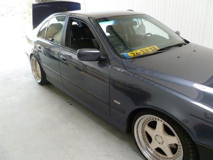 BMW E39 met Witte Wrap met Rood Lederen Accenten, Carwrapping door Wrapmyride.nu Foto-nr:5330, ©2021