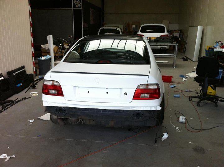 BMW E39 met Witte Wrap met Rood Lederen Accenten, Carwrapping door Wrapmyride.nu Foto-nr:5331, ©2021