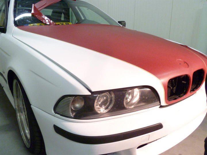 BMW E39 met Witte Wrap met Rood Lederen Accenten, Carwrapping door Wrapmyride.nu Foto-nr:5332, ©2021