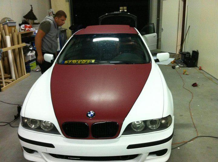 BMW E39 met Witte Wrap met Rood Lederen Accenten, Carwrapping door Wrapmyride.nu Foto-nr:5333, ©2021
