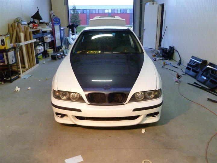 BMW E39 met Witte Wrap met Rood Lederen Accenten, Carwrapping door Wrapmyride.nu Foto-nr:5337, ©2021