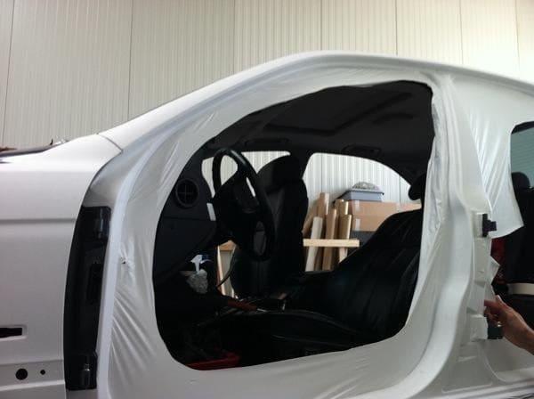 BMW E39 met Witte Wrap met Rood Lederen Accenten, Carwrapping door Wrapmyride.nu Foto-nr:5338, ©2021