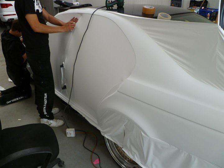 BMW E39 met Witte Wrap met Rood Lederen Accenten, Carwrapping door Wrapmyride.nu Foto-nr:5340, ©2021