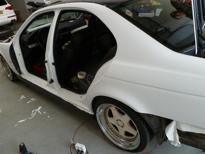 BMW E39 met Witte Wrap met Rood Lederen Accenten, Carwrapping door Wrapmyride.nu Foto-nr:5344, ©2021