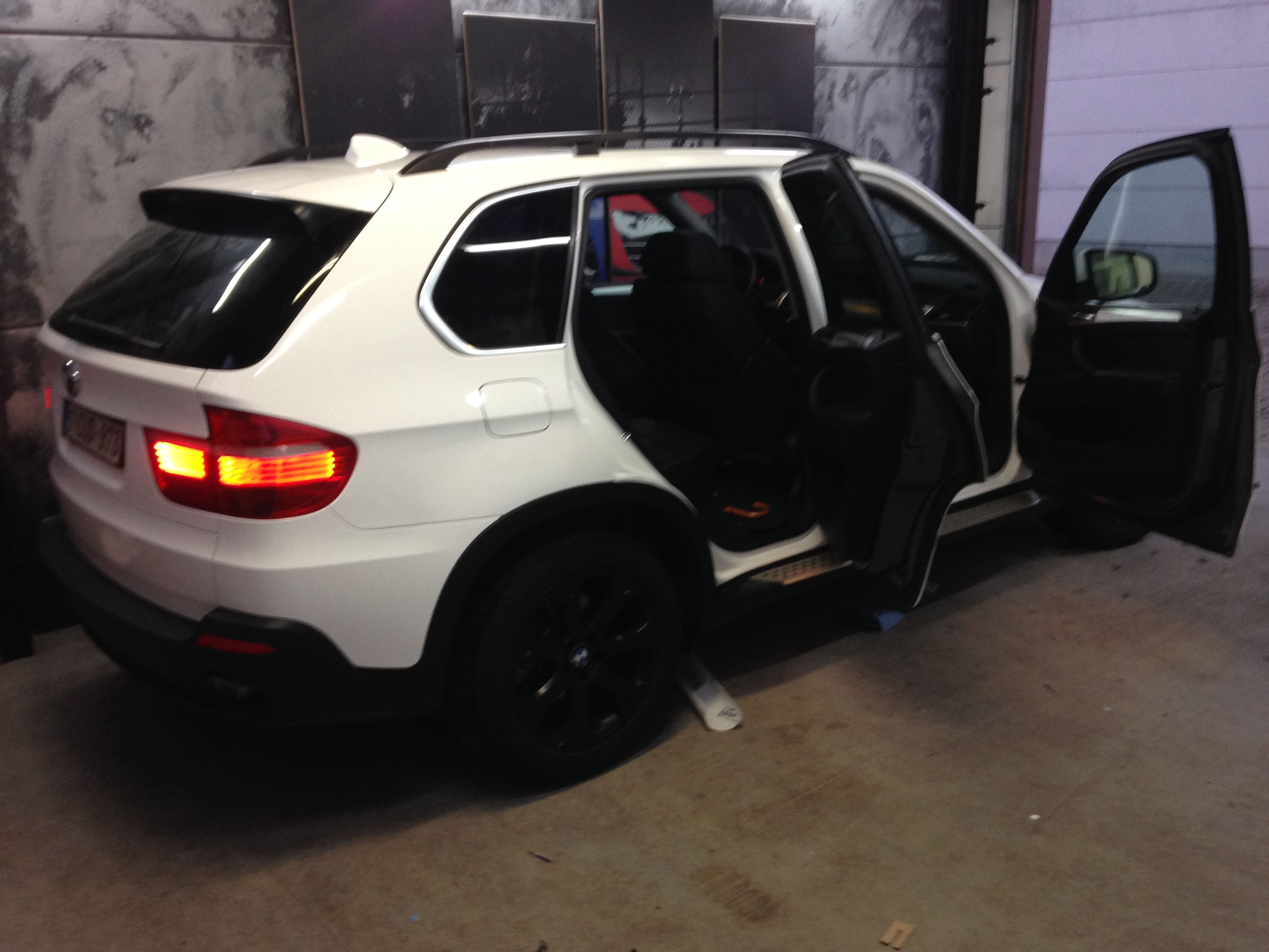 BMW X5 met Glossy White Wrap, Carwrapping door Wrapmyride.nu Foto-nr:5425, ©2021