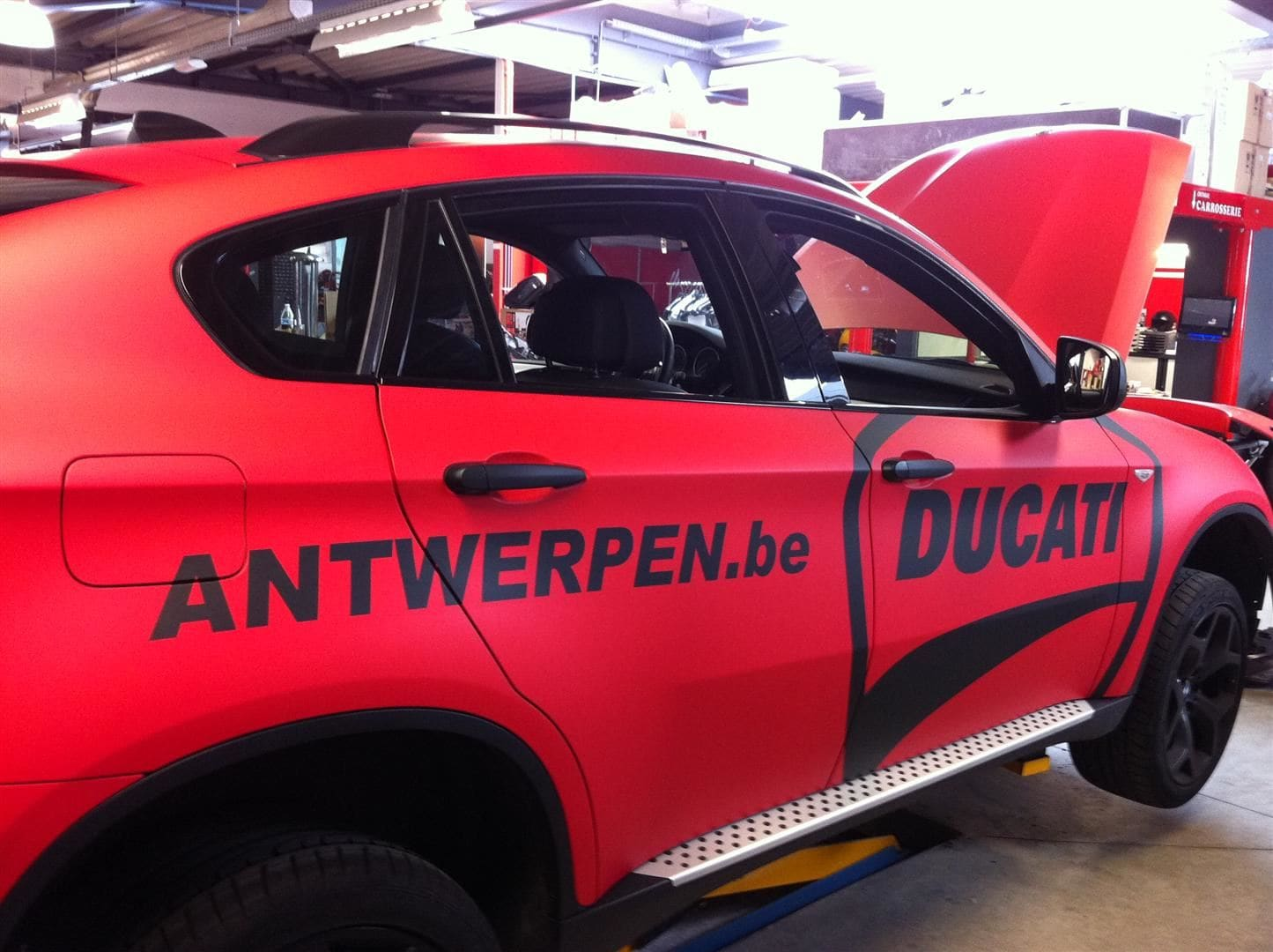 BMW X6 met Mat Rode Wrap, Carwrapping door Wrapmyride.nu Foto-nr:5456, ©2020
