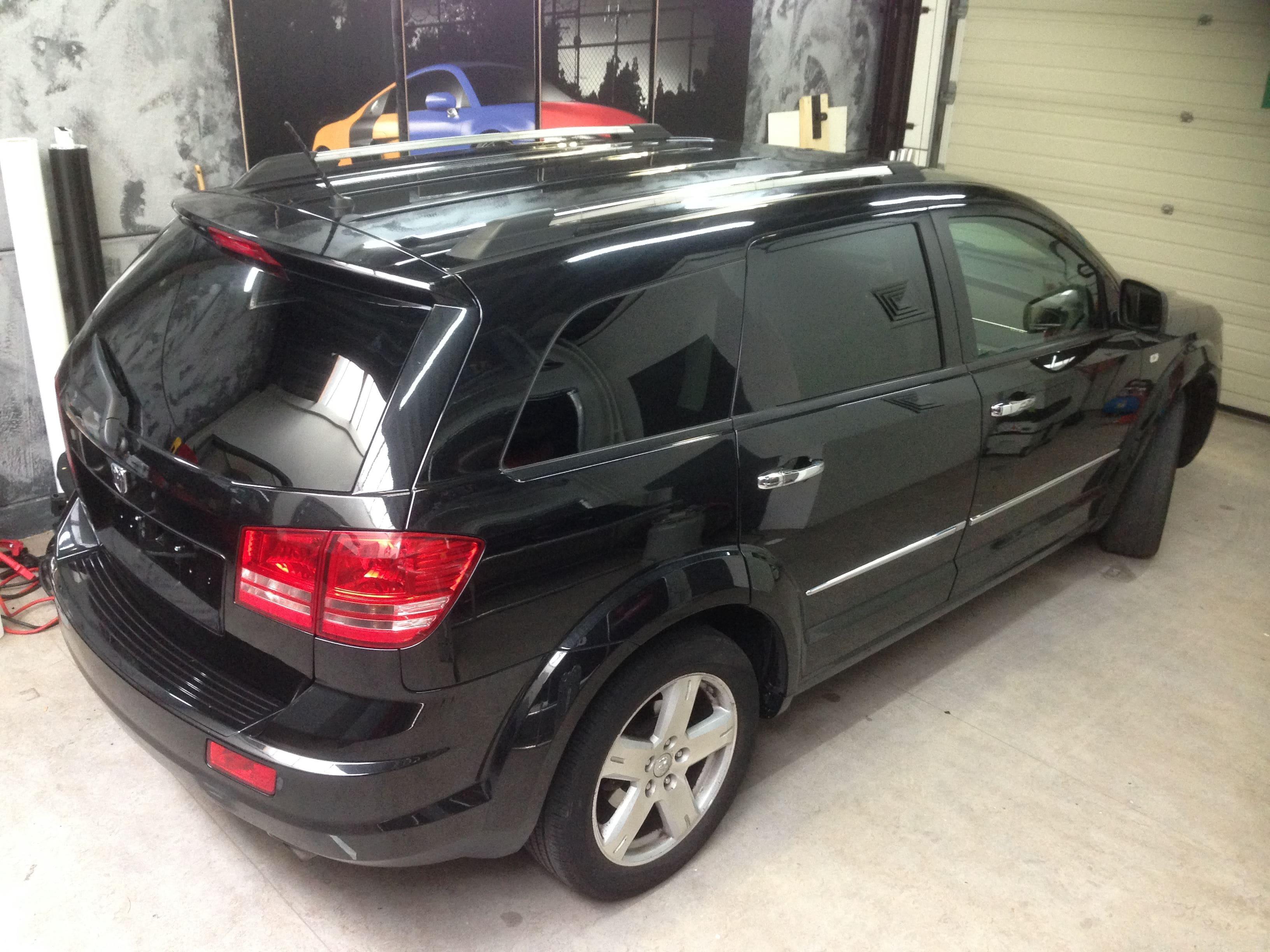 Dodge Nitro in een Glossy White Wrap met Carbon Accenten, Carwrapping door Wrapmyride.nu Foto-nr:5580, ©2020
