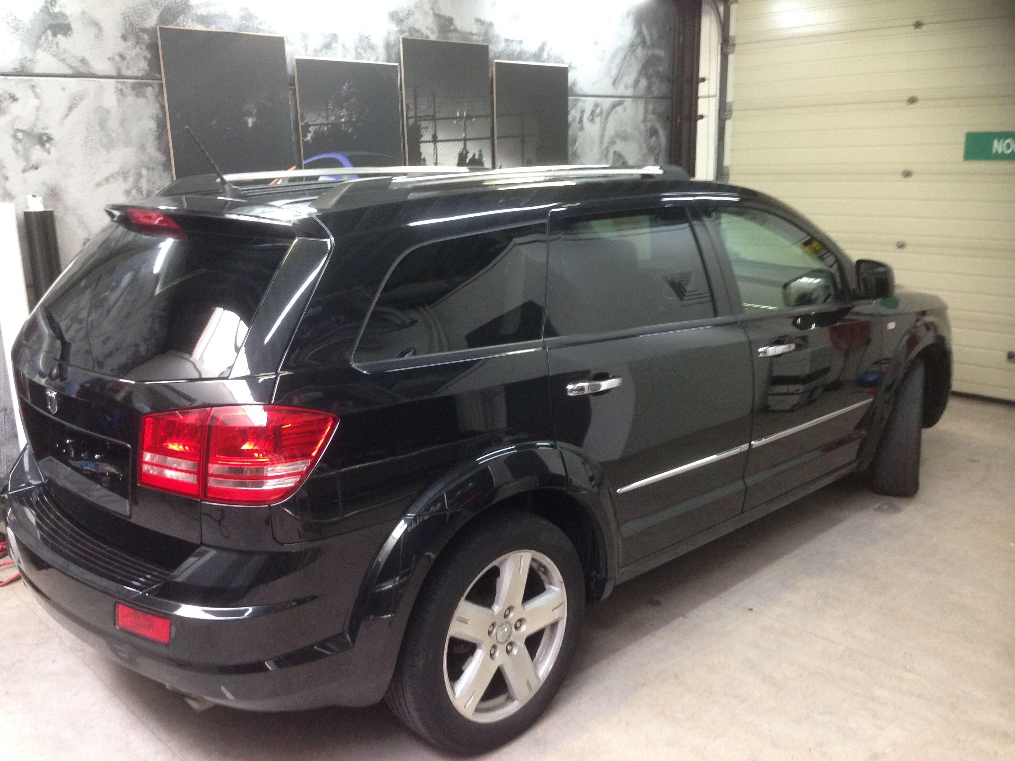 Dodge Nitro in een Glossy White Wrap met Carbon Accenten, Carwrapping door Wrapmyride.nu Foto-nr:5581, ©2020