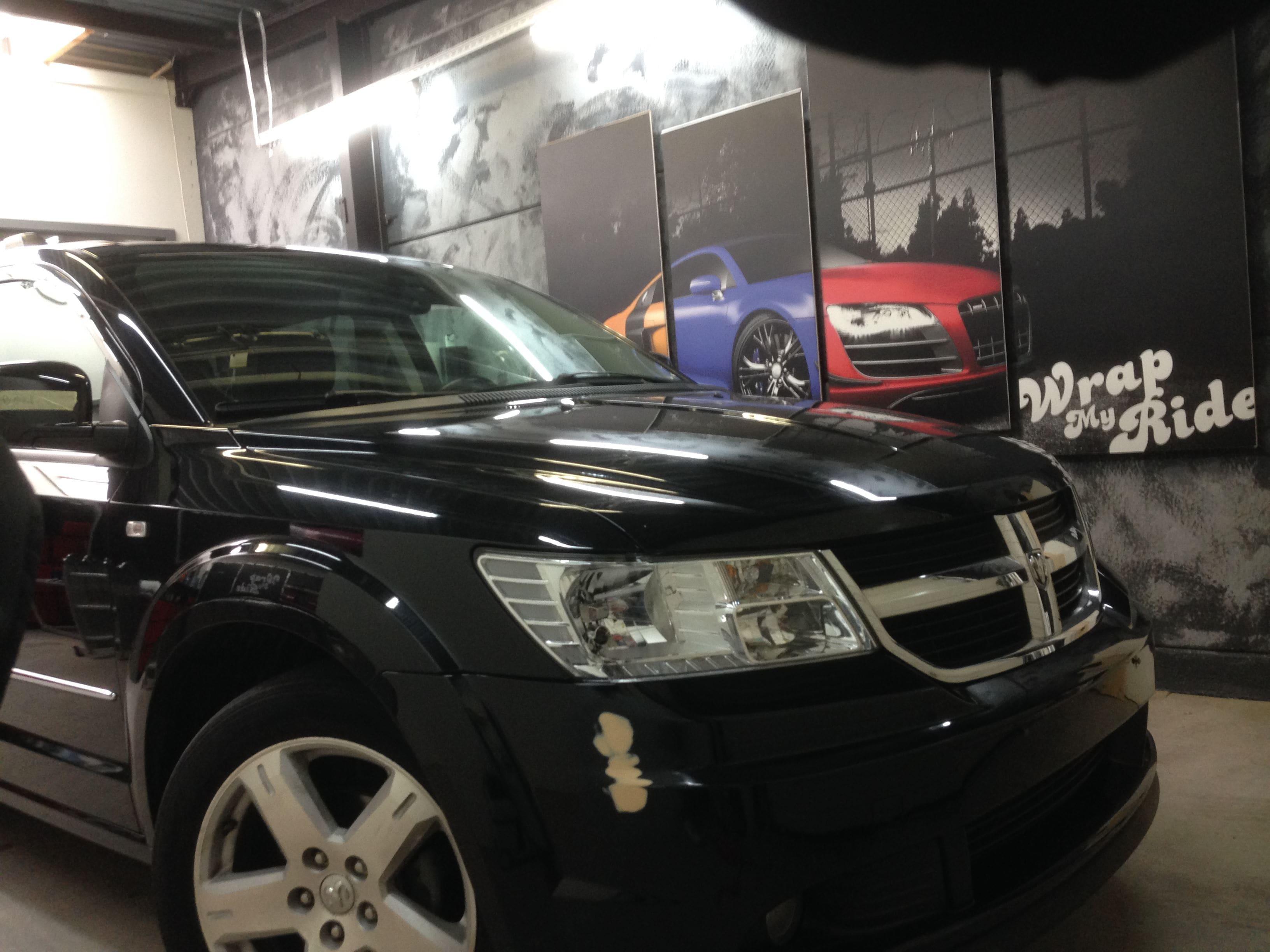 Dodge Nitro in een Glossy White Wrap met Carbon Accenten, Carwrapping door Wrapmyride.nu Foto-nr:5582, ©2020