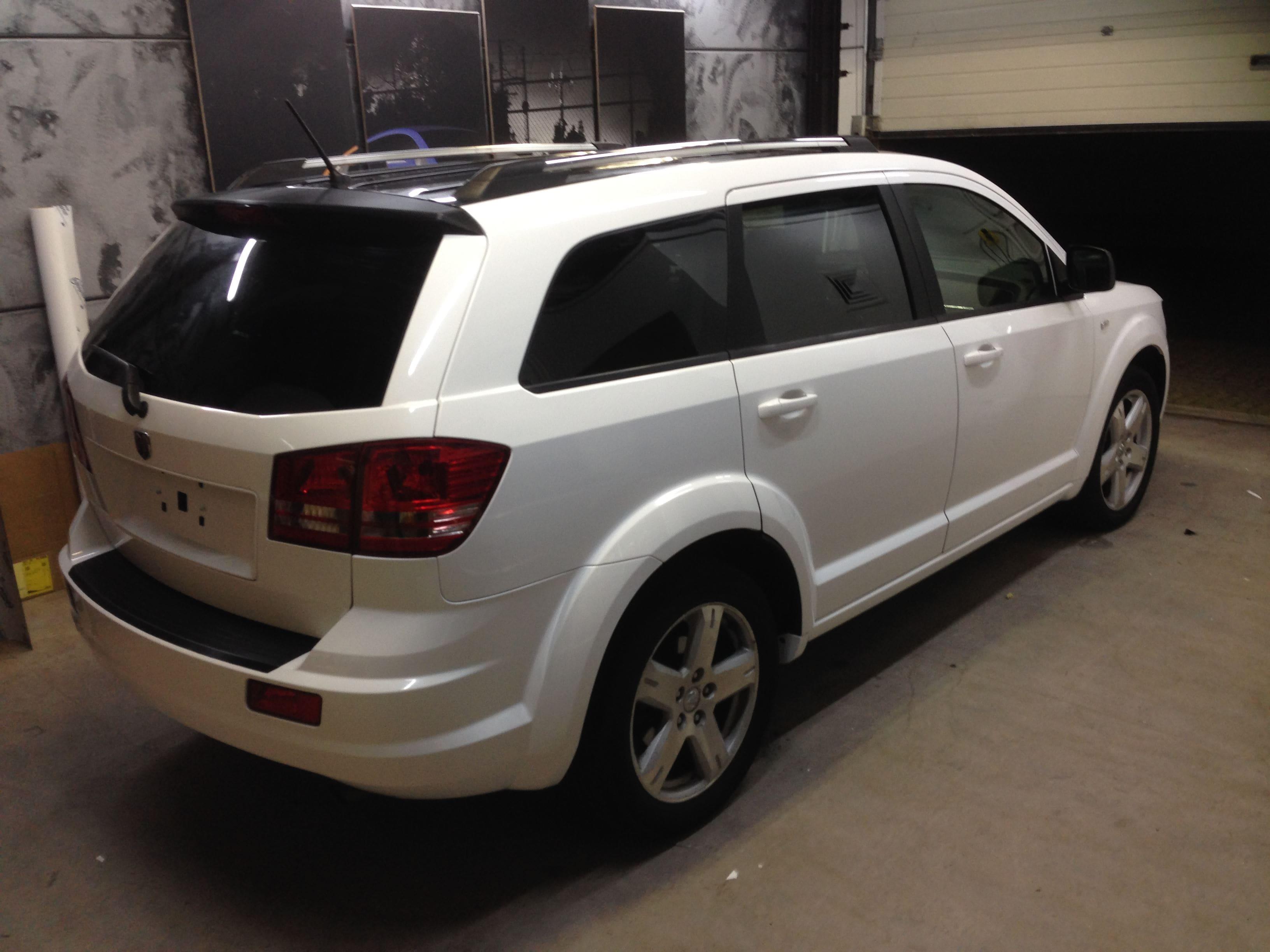 Dodge Nitro in een Glossy White Wrap met Carbon Accenten, Carwrapping door Wrapmyride.nu Foto-nr:5584, ©2020