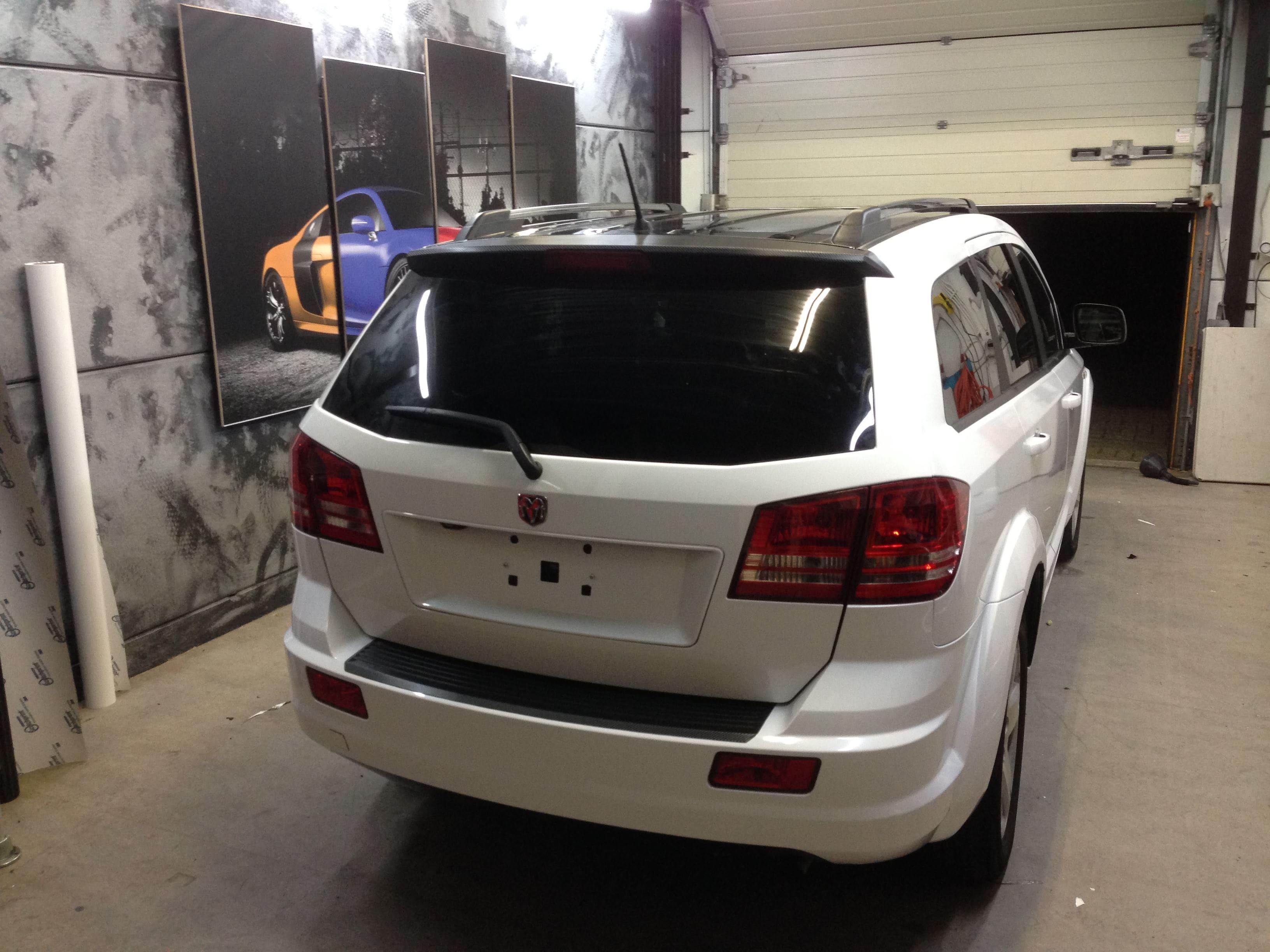 Dodge Nitro in een Glossy White Wrap met Carbon Accenten, Carwrapping door Wrapmyride.nu Foto-nr:5585, ©2020