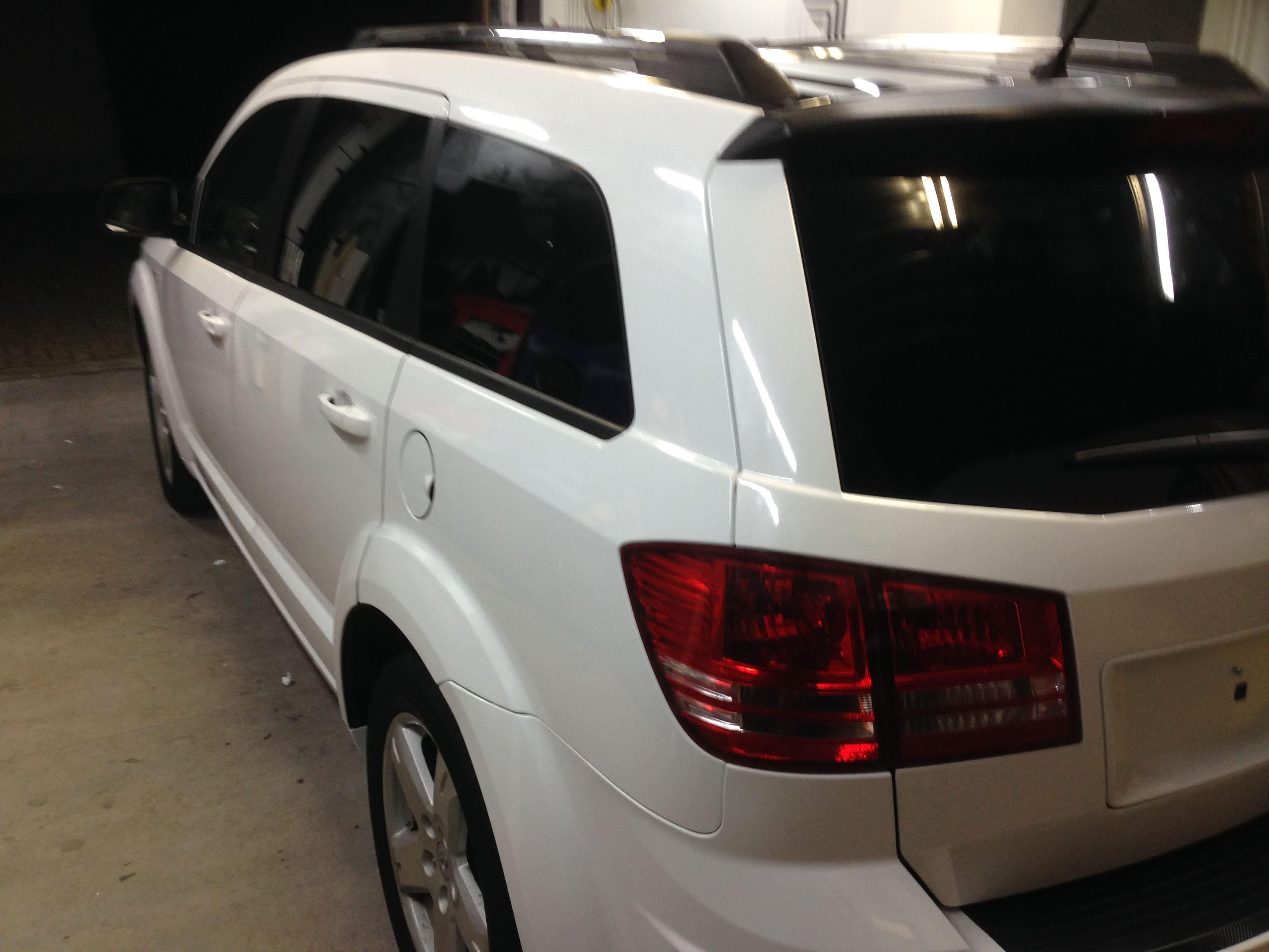 Dodge Nitro in een Glossy White Wrap met Carbon Accenten, Carwrapping door Wrapmyride.nu Foto-nr:5588, ©2020