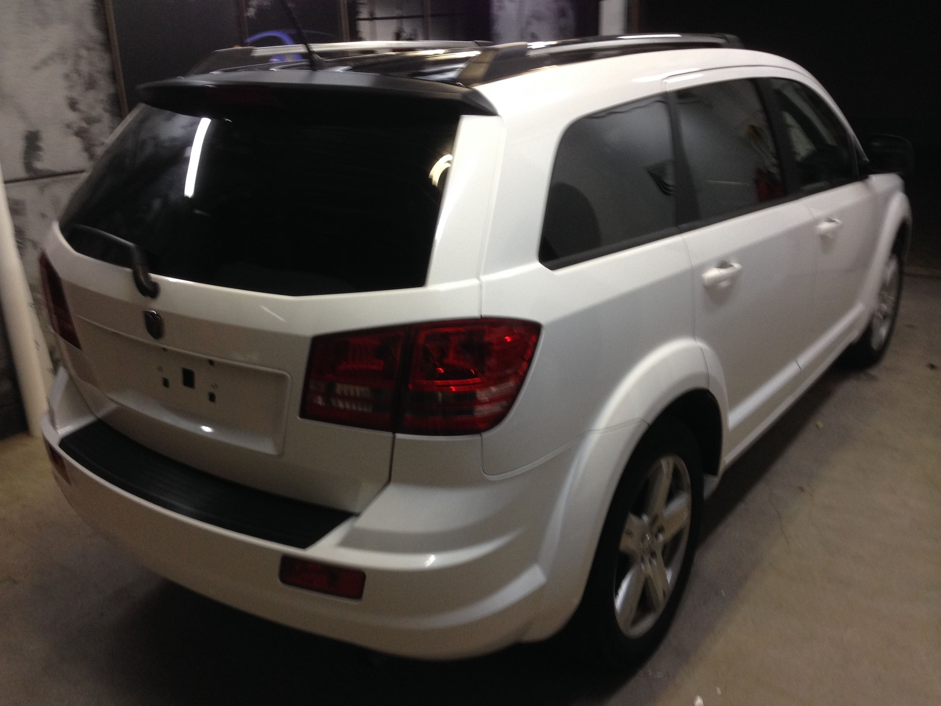 Dodge Nitro in een Glossy White Wrap met Carbon Accenten, Carwrapping door Wrapmyride.nu Foto-nr:5589, ©2020