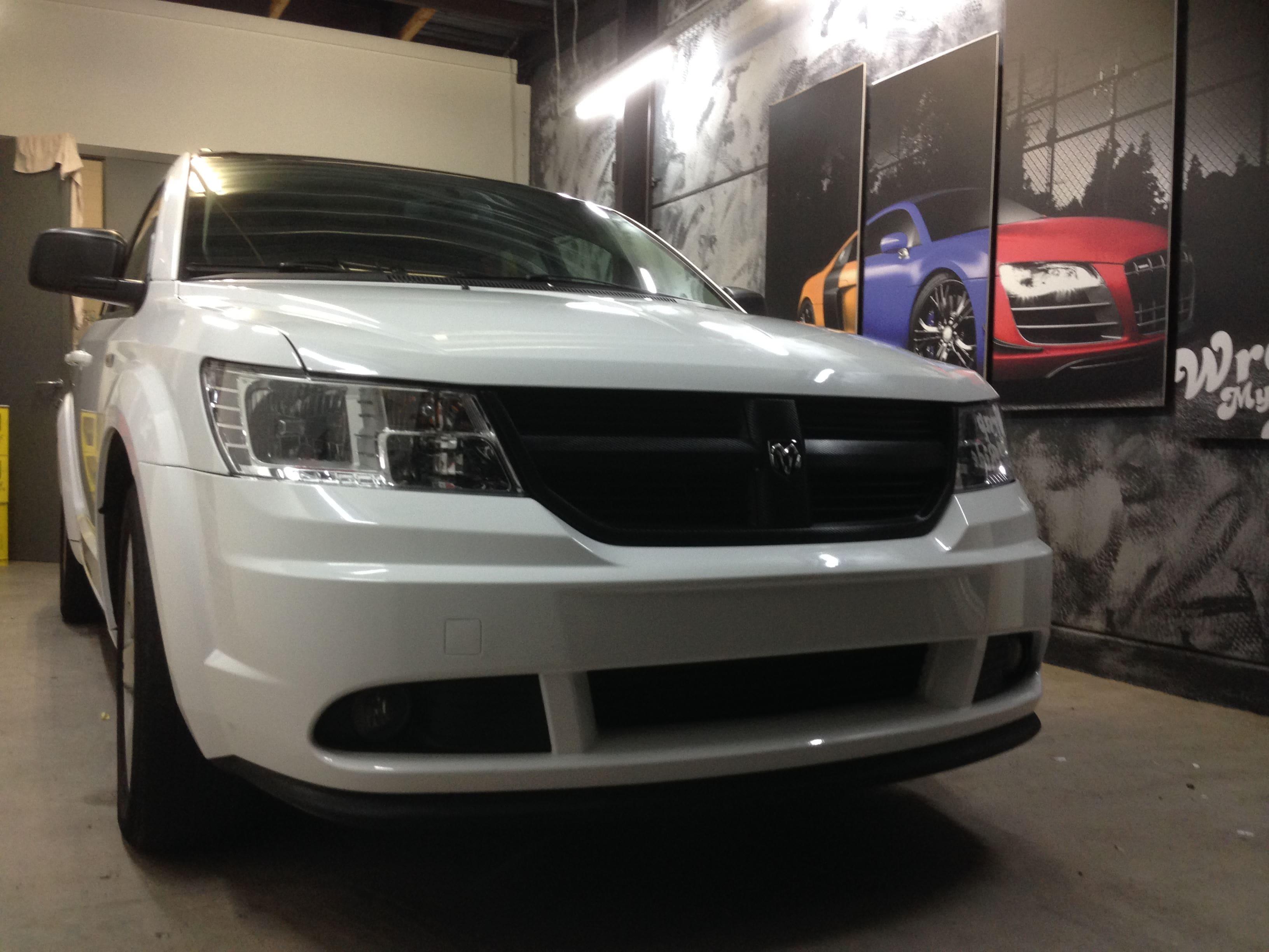 Dodge Nitro in een Glossy White Wrap met Carbon Accenten, Carwrapping door Wrapmyride.nu Foto-nr:5591, ©2020