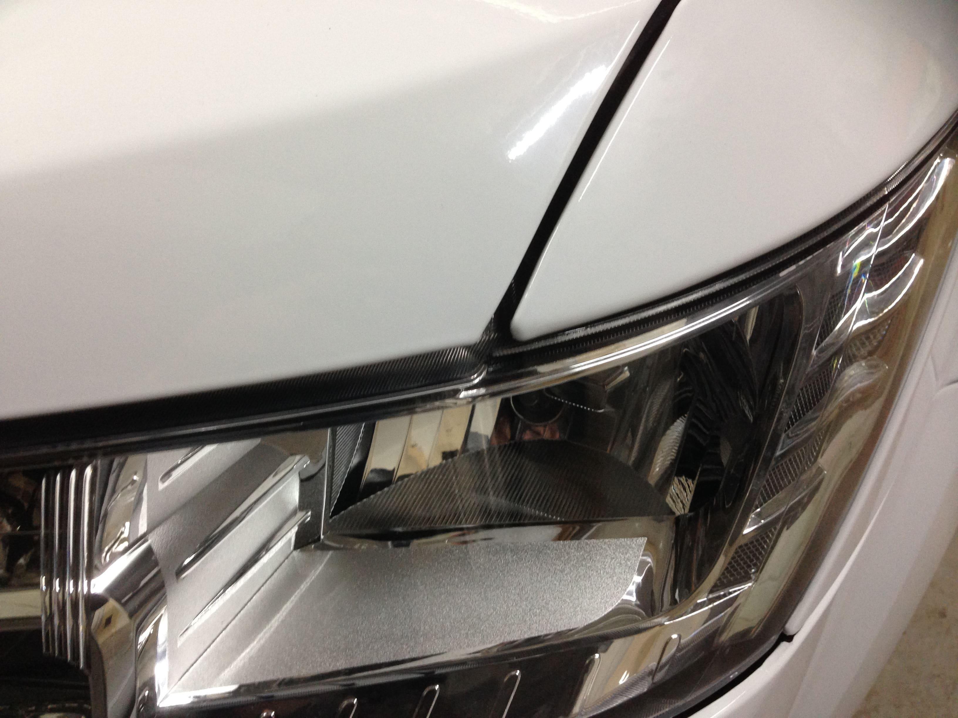 Dodge Nitro in een Glossy White Wrap met Carbon Accenten, Carwrapping door Wrapmyride.nu Foto-nr:5592, ©2020