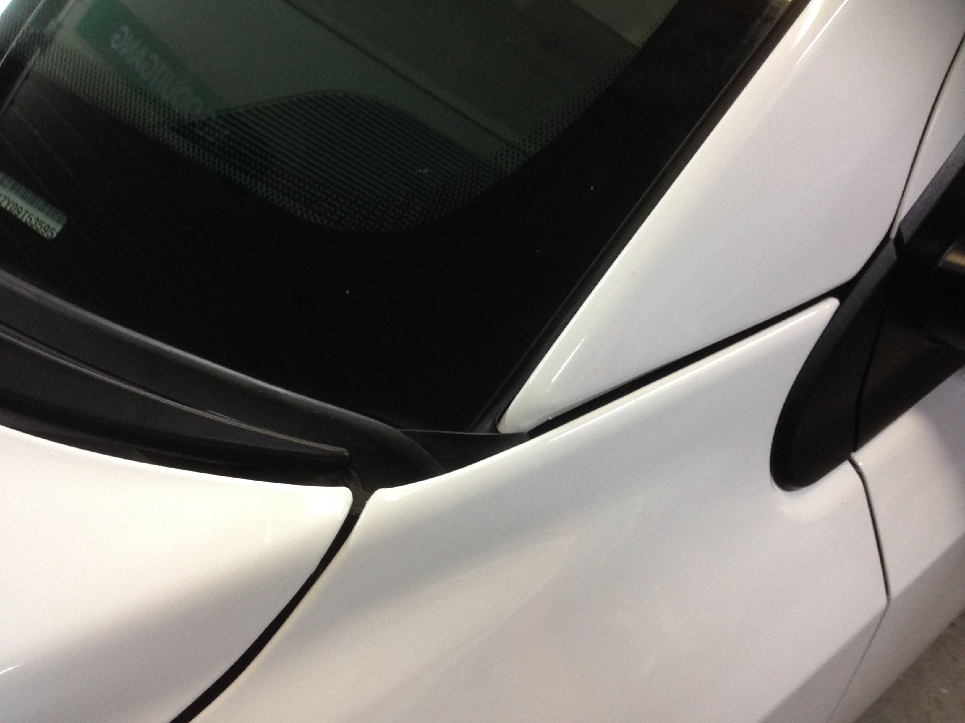 Dodge Nitro in een Glossy White Wrap met Carbon Accenten, Carwrapping door Wrapmyride.nu Foto-nr:5593, ©2020