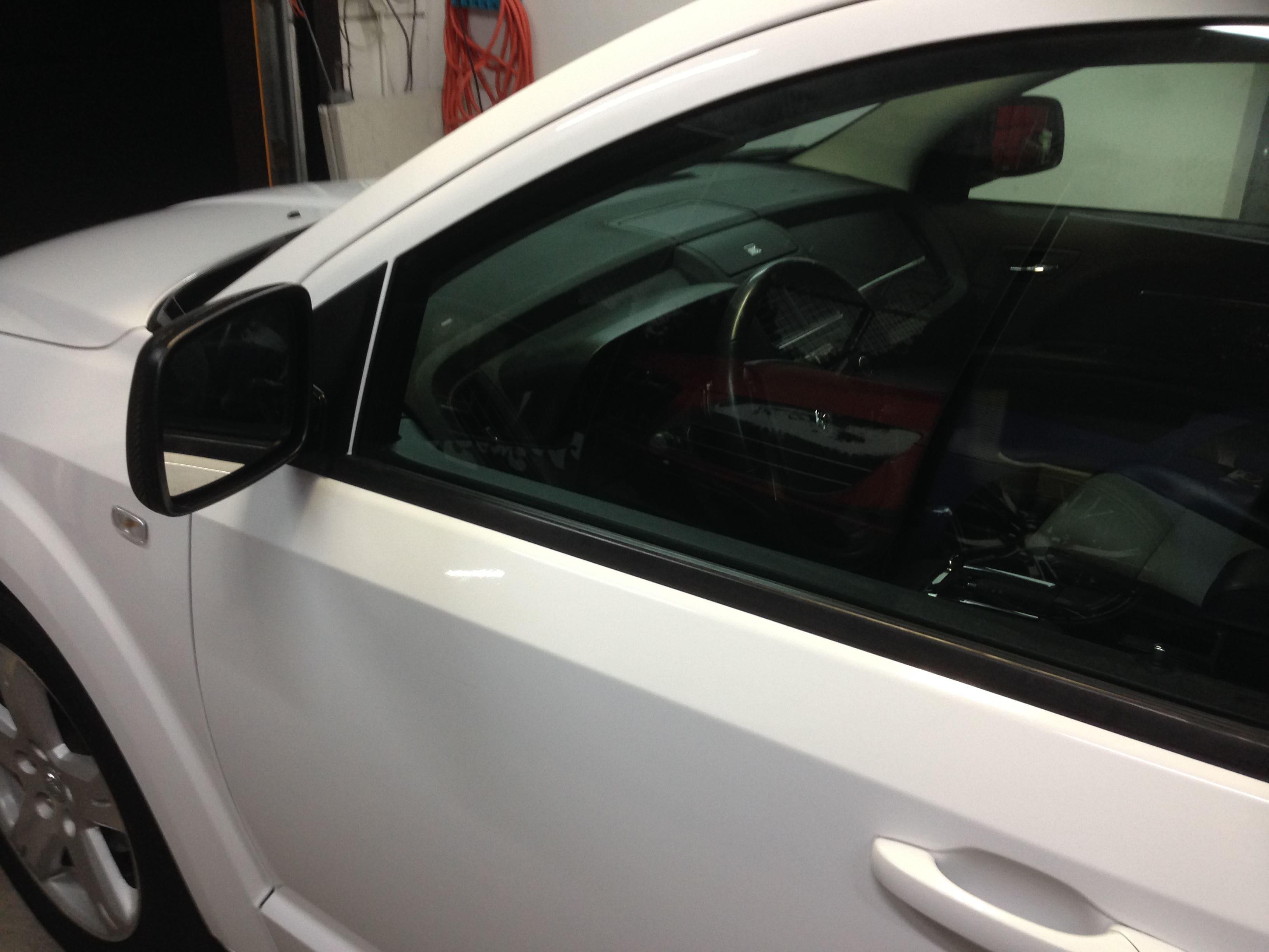 Dodge Nitro in een Glossy White Wrap met Carbon Accenten, Carwrapping door Wrapmyride.nu Foto-nr:5594, ©2020