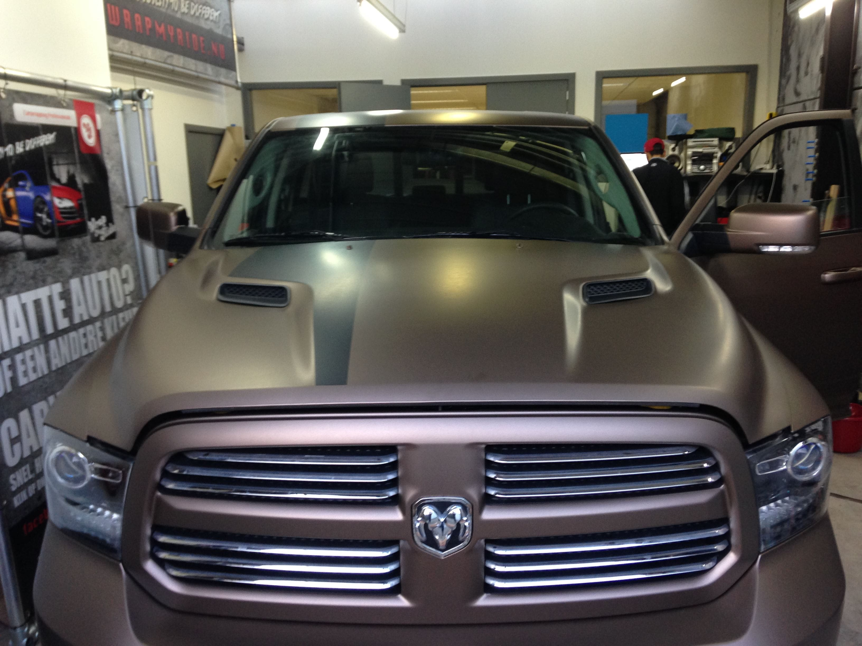Dodge ram in een Mat metallic Brown Wrap, Carwrapping door Wrapmyride.nu Foto-nr:5601, ©2021