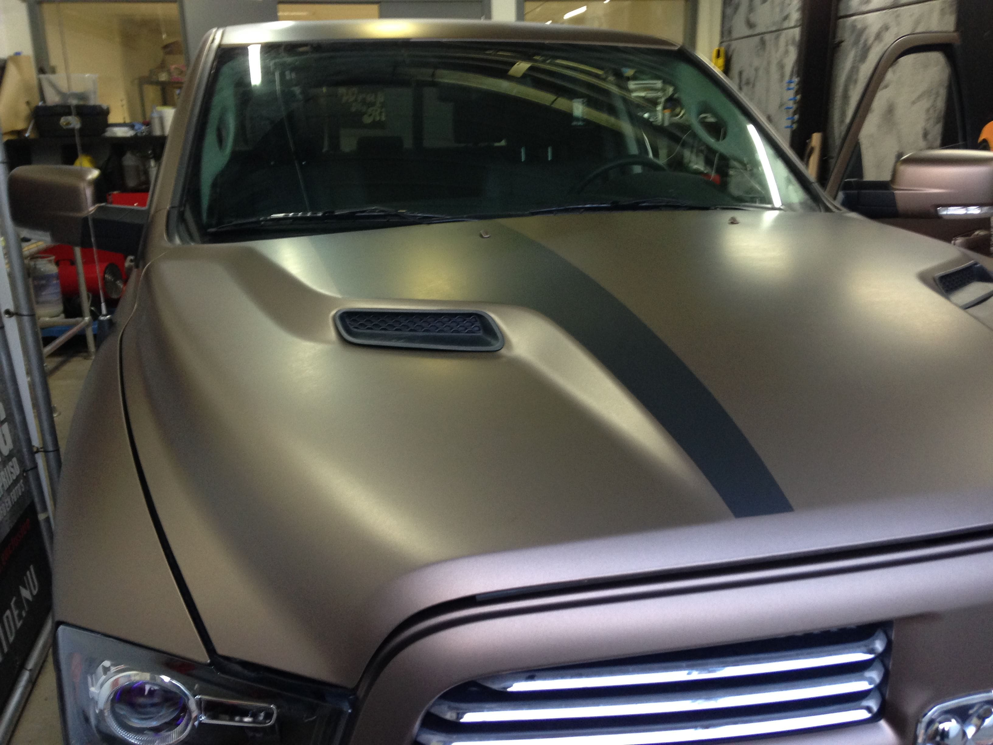 Dodge ram in een Mat metallic Brown Wrap, Carwrapping door Wrapmyride.nu Foto-nr:5602, ©2021